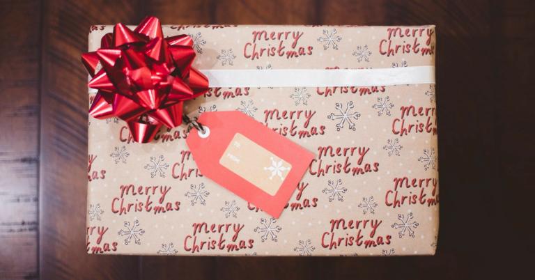 Heb jij je kerstcadeaus al binnen? Wat ons betreft zijn woonaccessoires de leukste cadeaus! We geven toe, je moet de persoon die je het cadeau geeft wel een beetje beter kennen, woonaccessoires zijn nou eenmaal nogal smaak gevoelig. Maar als je wel eens bij de ander thuis bent geweest, moet je toch een heel eind kunnen komen. Wij zochten 20 van de leukste cadeaus onder de 20 euro voor je bij elkaar. Cadeaus die elk interieur opfleuren! Wil je meer te kiezen hebben? Kijk dan eens bij onze andere woonaccessoires onder de 20 euro!
